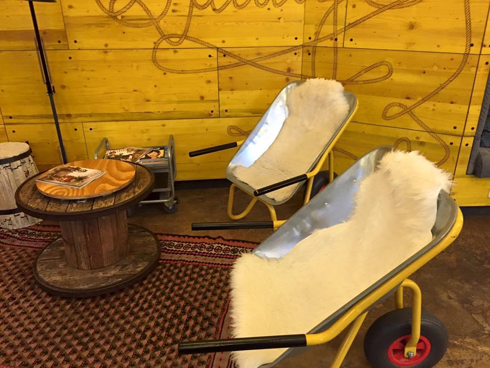 Schubkarren-Stühle in der Superbude in St. Pauli