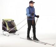 Das Baby im Skianhänger