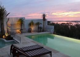 Abendstimmung am Pool der Villa in Marokko
