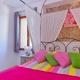 Herrlich farbenfroh, das Schlafzimmer im Aigrette