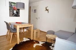 Wohn- und Essbereich in den Feldberg-Wohnungen, Kuhfellteppich inklusive