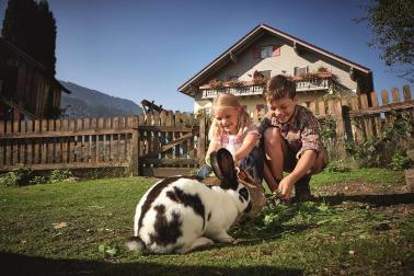 Urlaub auf dem Bauernhof mit Kindern im Allgäu: Kinder mit Hasen