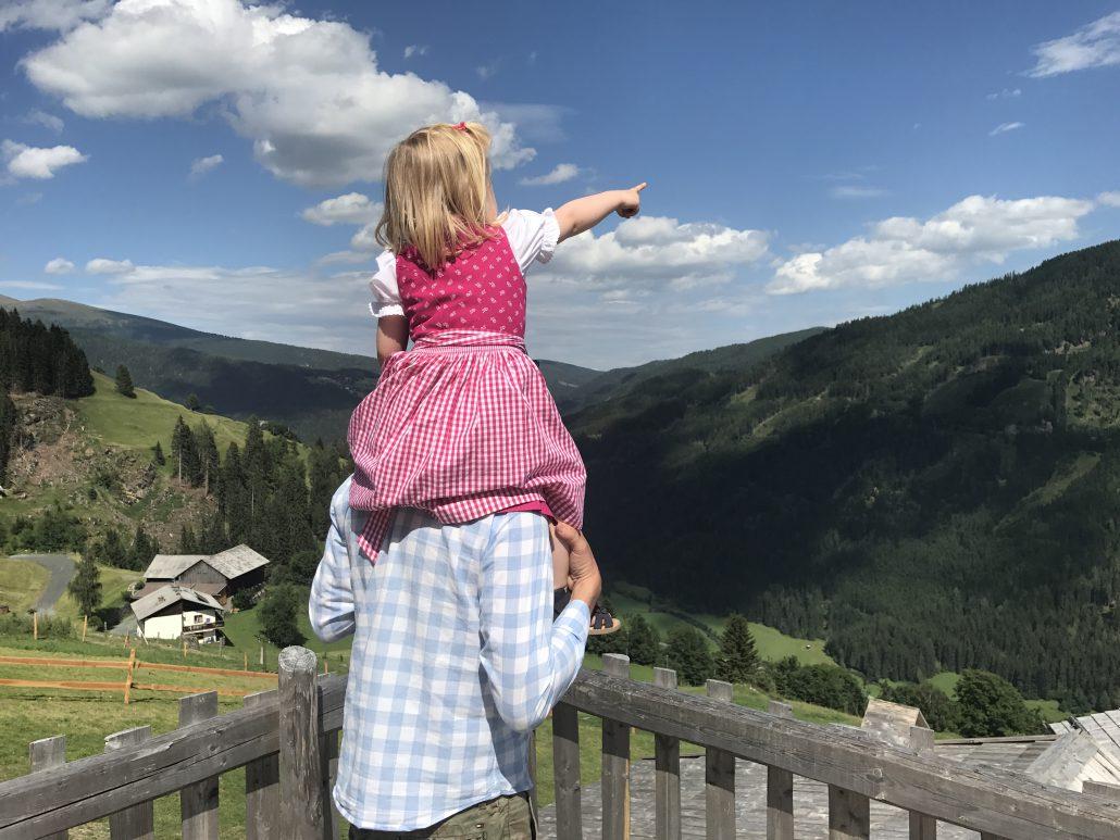 Kärnten mit Kindern - Auch die Kleinsten sind vom Ausblick in den Kärntner Bergen hin- und weg