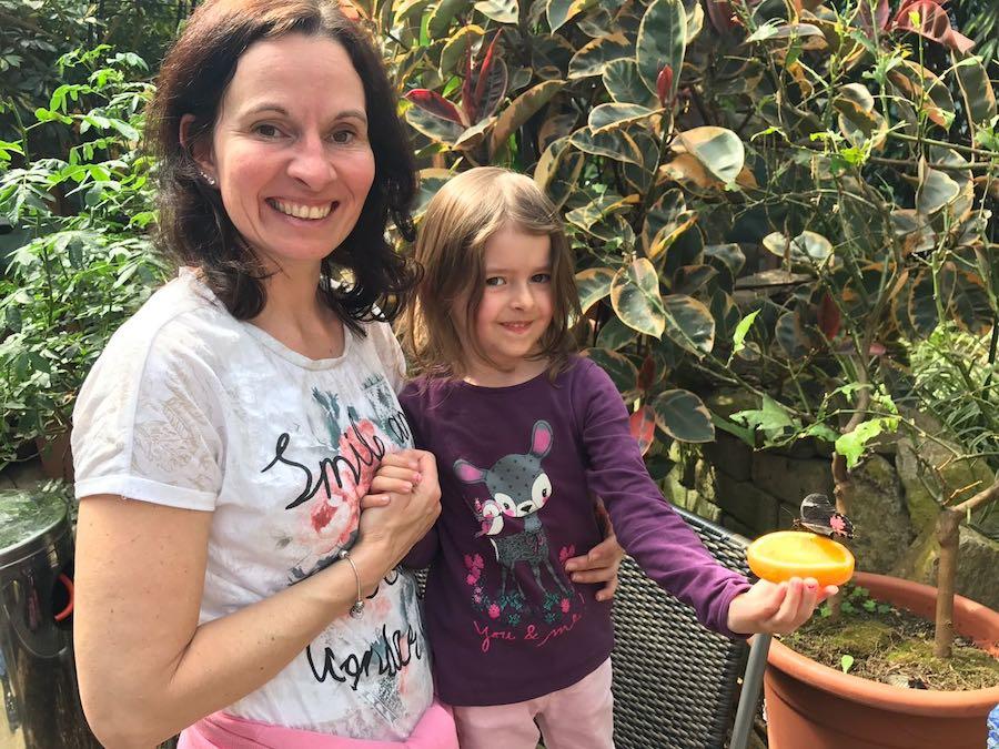 Ein bisschen mutig müssen die Kids schon sein (so wie Samira auf dem Bild) in der Schmetterlingswelt. Schließlich sind da ganz schön große Schmetterlinge dabei! (Foto: privat Familie Daiber)