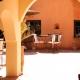 Im traumschönen Innenhof wird gefrühstückt. Abends könnt Ihr hier marokkanische Gerichte unter freiem Himmel schlemmen