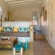 In den Unterkünften geht der bunte Boho-Style weiter: Wie hier im Wohnzimmer des Taabiah Cottages
