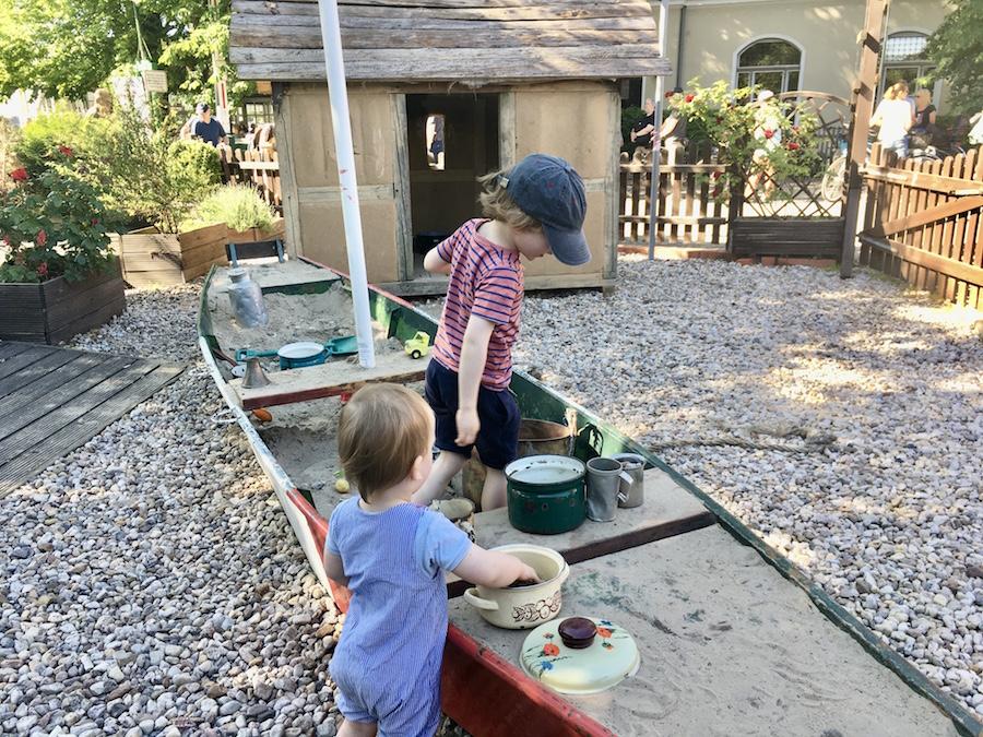 Die Kinderaktivität Buddelschiff in der Pizzeria Portofino in Brandenburg