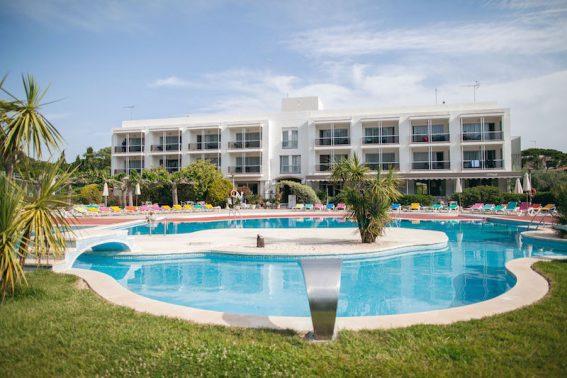 Die Außenanlage mit Pool