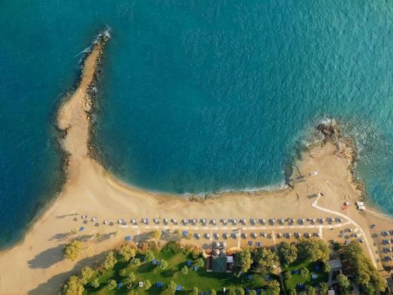 Der Hotelstrand liegt perfekt für Kinder eingebettet in einer Bucht