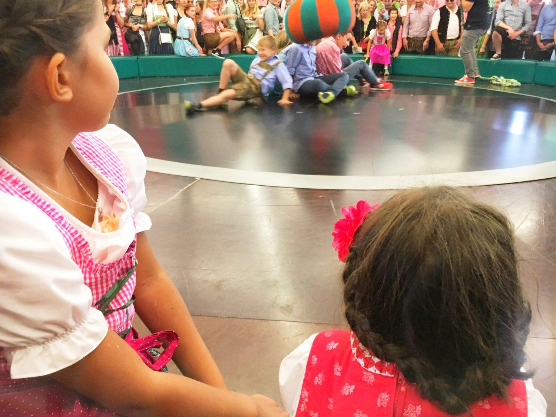 Kinder Oktoberfest - Das Teufelsrad! Auch die Kids wagen sich auf die Scheibe....