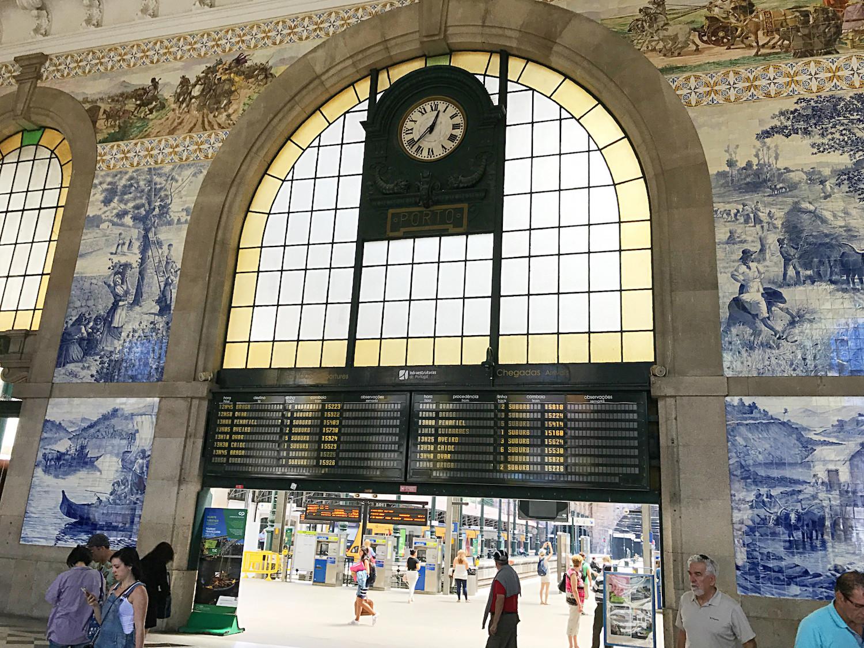 Sao Bento in Porto - eigentlich zu schön, um ein echter Bahnhof zu sein. Aber hier herrscht ganz normales reges Treiben