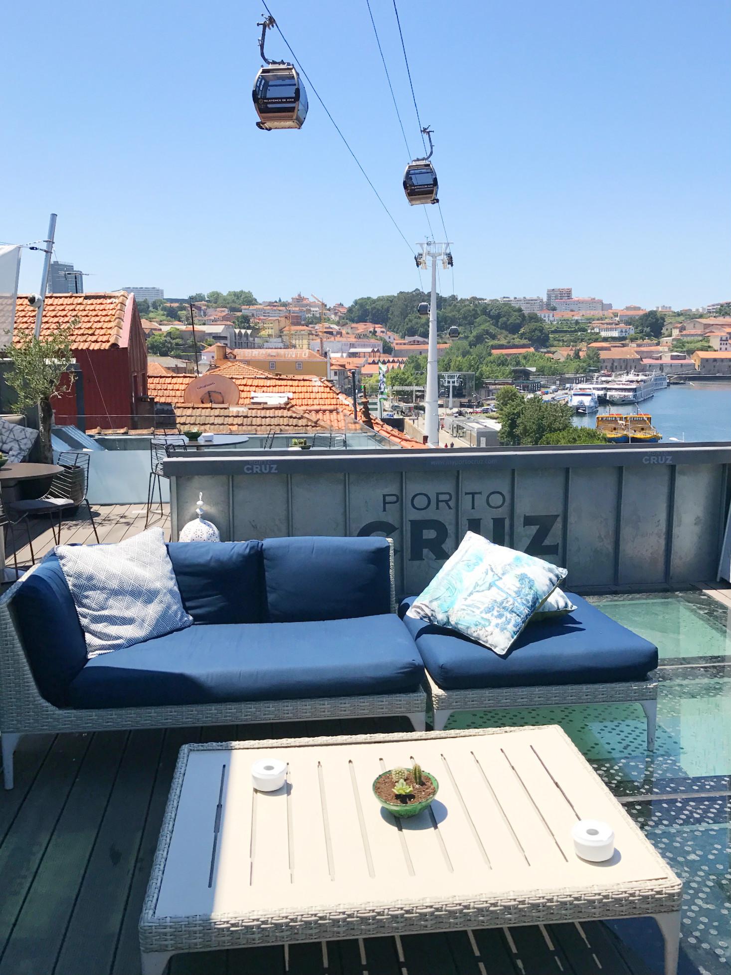 Die Terrasse von Porto Cruz. Die Seilbahn fährt ganz nah über Eure Köpfe hinweg.