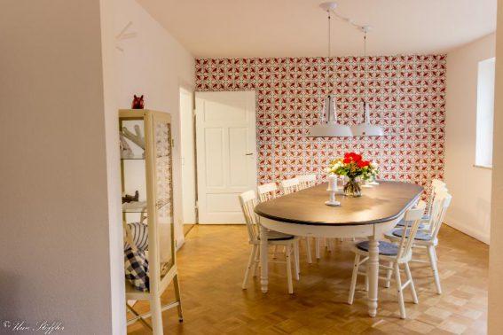Der Esszimmertisch bietet Platz für 12 Gäste