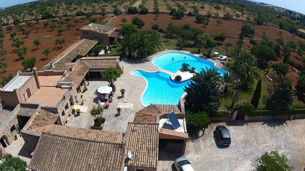 Zur Mandelblüte an Ostern ist Mallorca besonders schön. Im März und April ist der Pool der Finca sa Tanca schon noch recht frisch - geöffnet hat er aber und Hartgesottene springen auch rein!