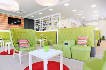 Die farbenfrohe Lounge im Erdgeschoss