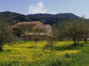 Das Honigtal Farmland inmitten blühender Wildblumen