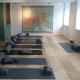 Die Bibliothek wird für die Retreats einfach zu einem Yoga-Raum umfunktioniert