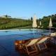 Vom Pool aus hat man eine fantastische Sicht auf die Weinberge der Toskana.