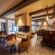 Gemütliche Lounge mit Kamin