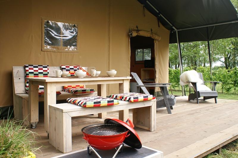 Das Zelt Out of Africa im Kolonialstil. Hier kann man gemütlich auf der Veranda chillen und grillen.