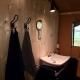 Auch hier ist das Badezimmer mit einer Regendusche ausgestattet.