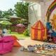 Schattige Spiele mit Auslauf in den kleinen Garten beim Kids Club