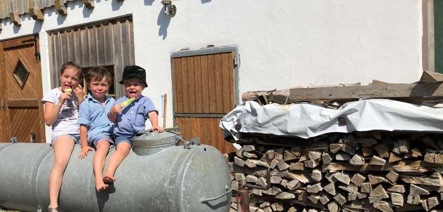 Urlaub auf dem Bauernhof mit Kindern im Allgäu: Kinder beim Eisessen