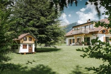 Das Spielhaus für die Kinder im Garten des Chalets