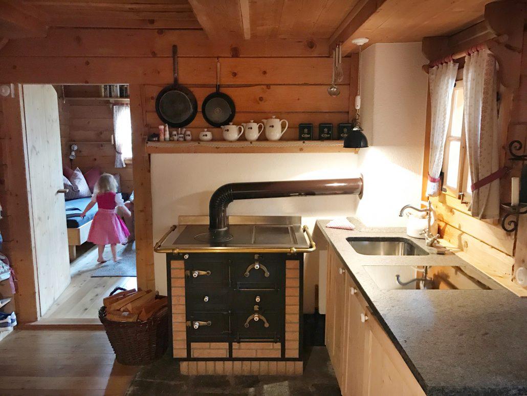 Die urige Küche im Almdorf in Kärnten
