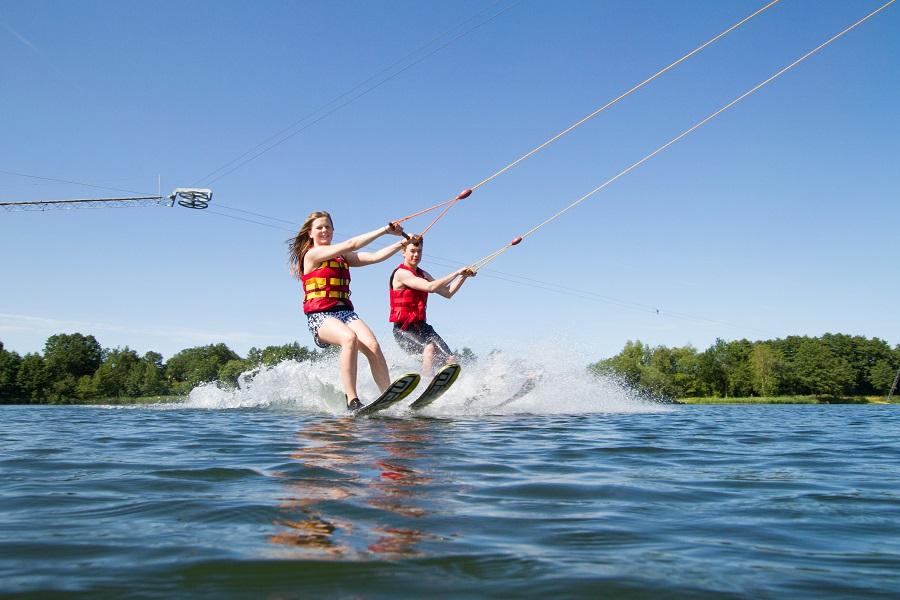 Volle Wasserkraft voraus! Am Heeder See kommen sportliche Teenies voll auf ihre Kosten! ©Bluebay Heeder See OG Co KG M.Ebert