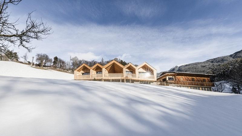 So schick thronen die vier Chalets auf dem verschneiten Berg bei Brixen (Foto@Niederthalerhof Chalets)