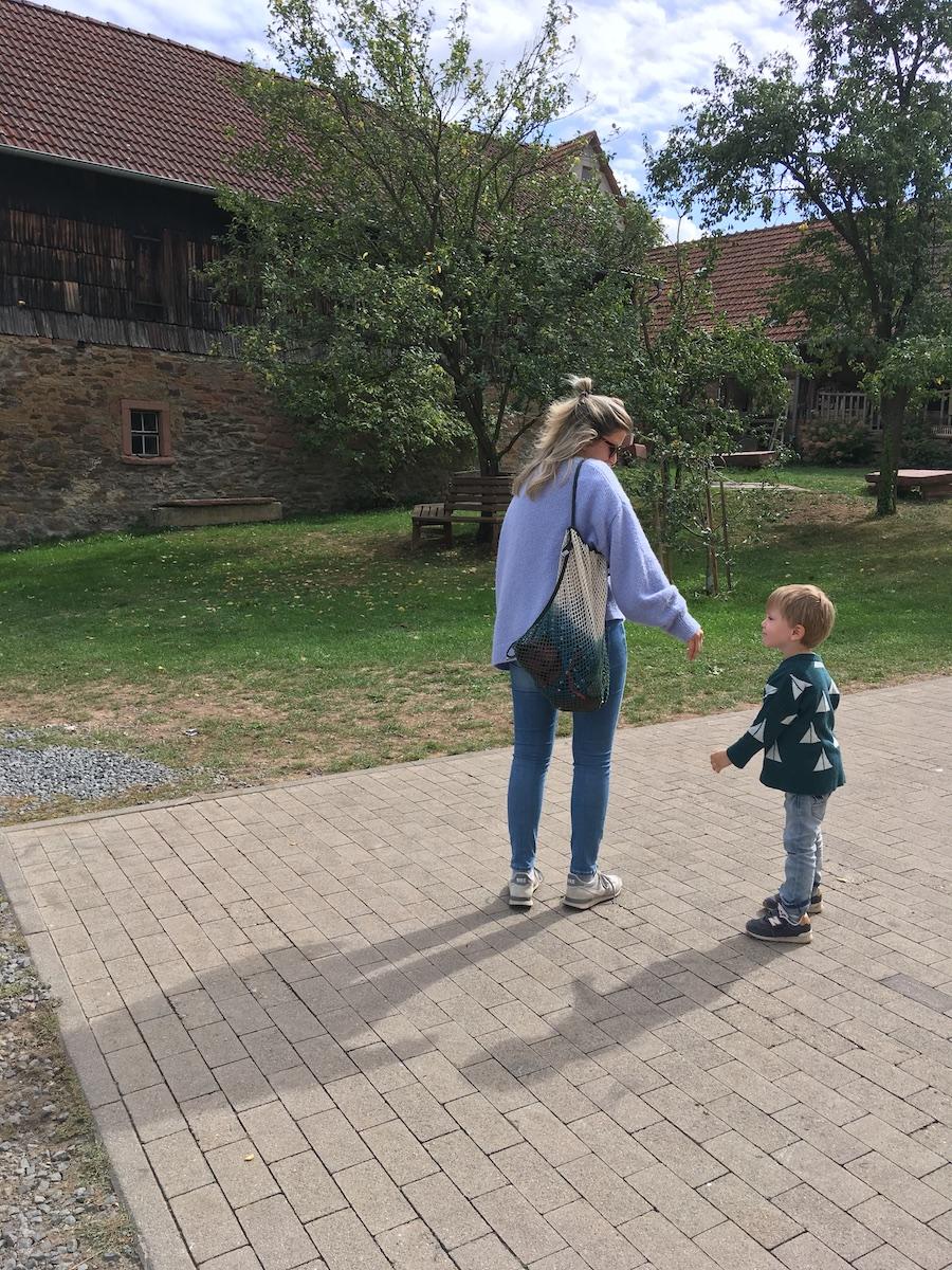 Nadine auf dem Weg ins Hofgut mit ihrem Sohn