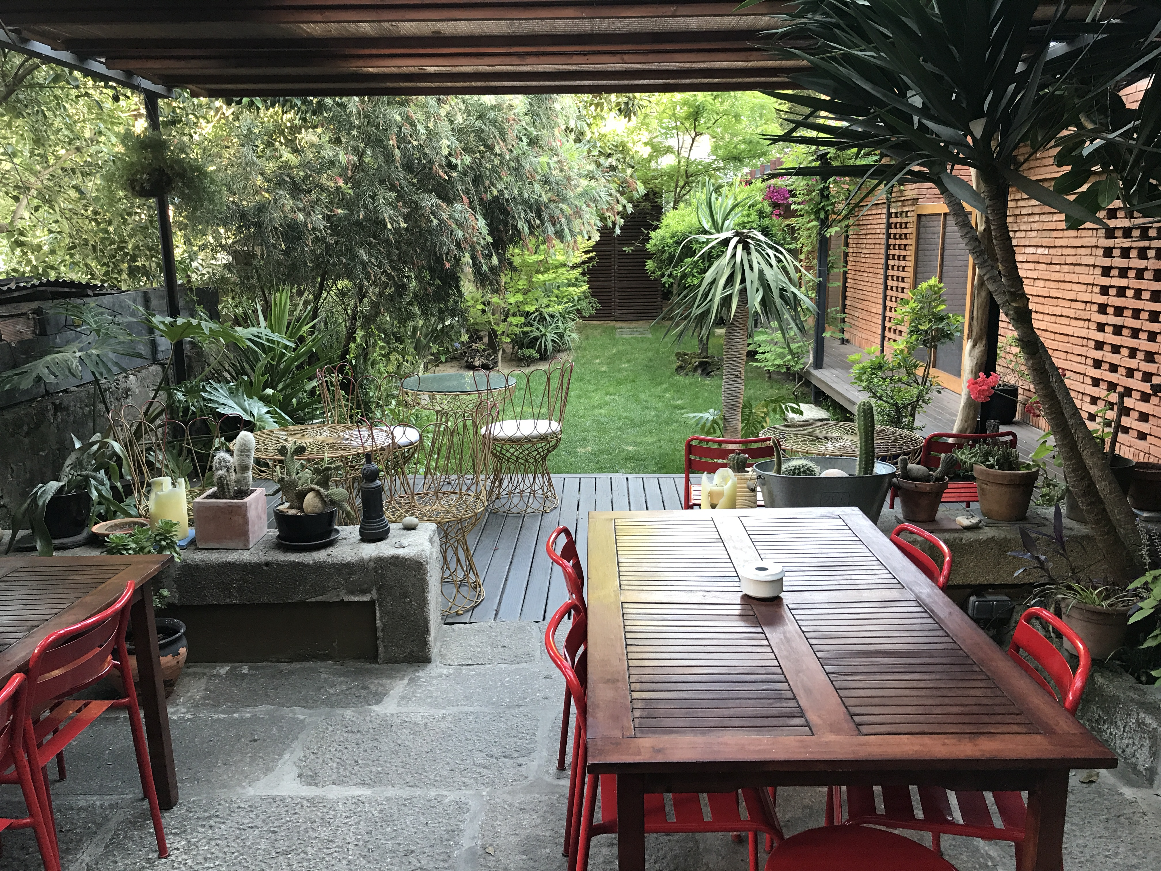 Der Garten der Pensao Favorita ist ein überraschendes Detail mitten in der Stadt