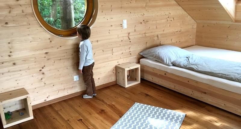 Pfalz mit Kindern: Das Schlafzimmer unter dem Dach mit Guckloch in den Wald