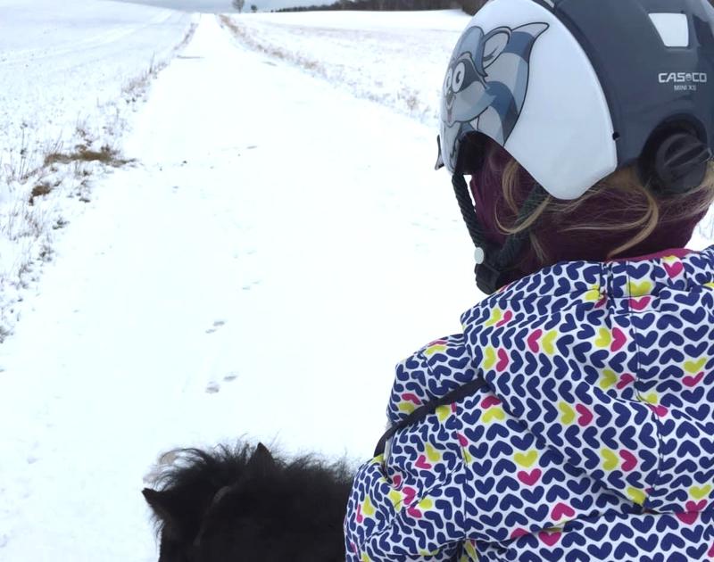 Ponyreiten klappt auch bei Schnee richtig gut auf der Schwäbischen Alb mit Kindern