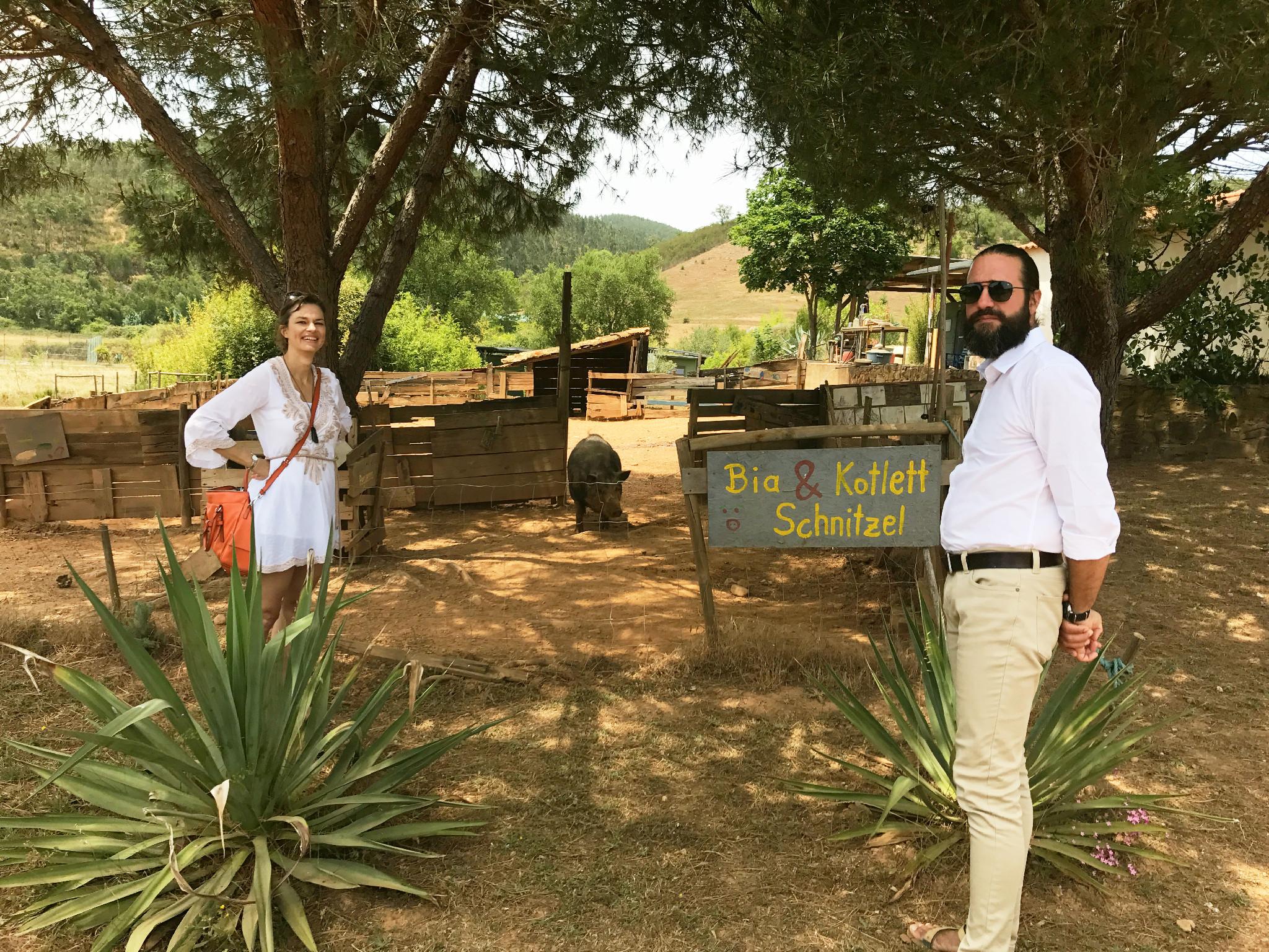 Sonja mit dem Gastgeber Marc und den super glücklichen Schweinen im Reguengo (die nicht in den Topf kommen).