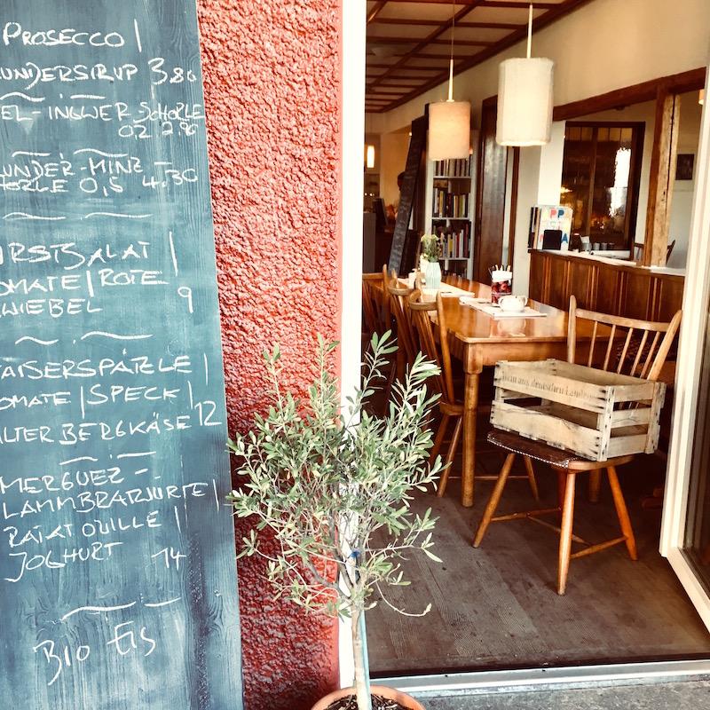 Im Restaurant Eulenspiegel speist Ihr auch bei Regenwetter in der hübschen Vintage-Gaststube sehr schön.