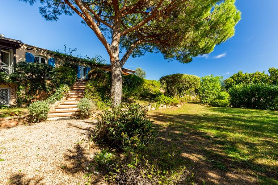 Aber auch so kann Urlaub auf Sardinien mit Kindern gehen: Im einsamen Ferienhäuschen in der Natur und dennoch ganz nah zur nächsten Bucht