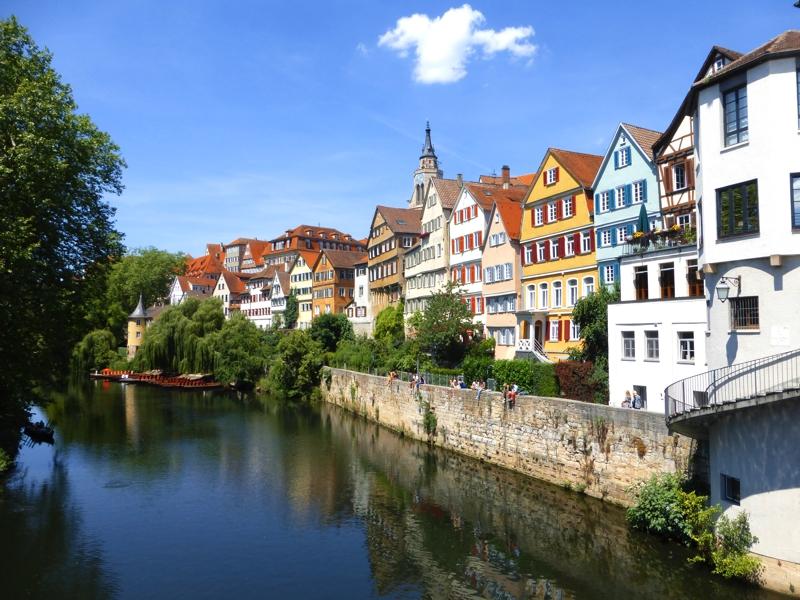 Die bekannte Neckarfront in Tübingen - Hier tummeln sich Studenten und Touristen - Städtetrip Deutschland mit Kindern