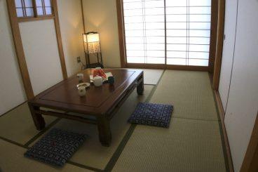 Das japanische Esszimmer. Man nimmt am Boden Platz