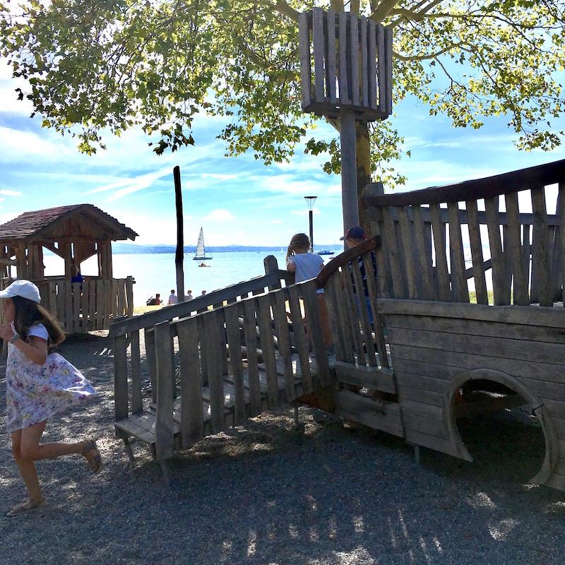 Spielplatz direkt am Wasser