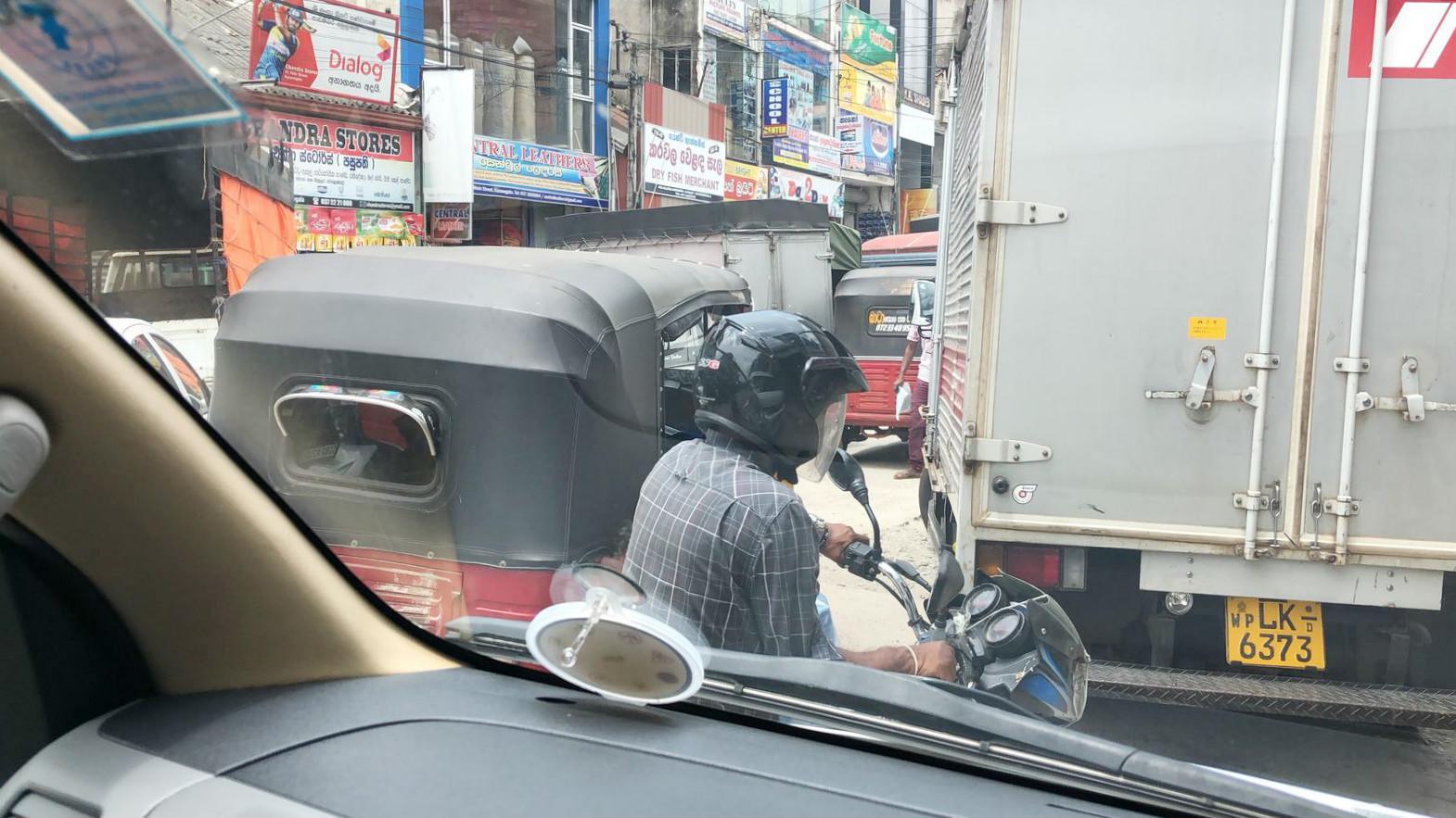 Straßentetris in Colombo. Ja, ein Mofa passt da noch dazwischen!