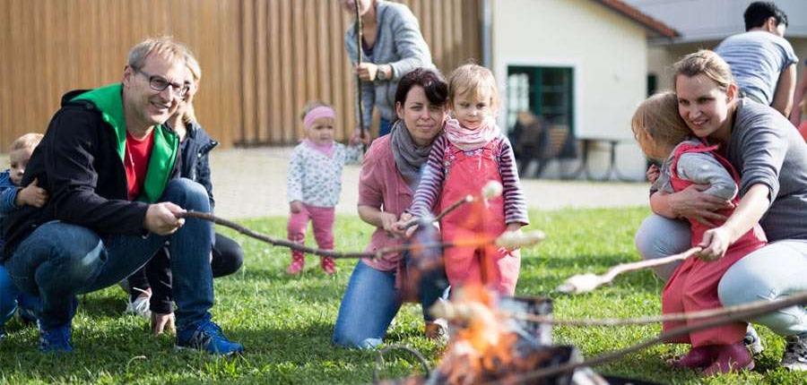 Urlaub auf dem Bauernhof mit Kindern im Allgäu: Stockbrot rösten am Lagerfeuer