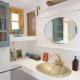 Eines der Badezimmer im Lime House