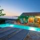 Der beleuchtete Pool des Lime House bei Sonnenuntergang