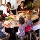 Eine Großfamilie passt schon um den Tisch in der Kochkursküche!