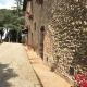 Die alte Steinmauer zeugt von der langen Geschichte des Al Gelso Bianco