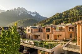 Eingebett zwischen den Bergen liegen die stylischen Alpegg Chalets