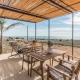 Kaffee mit Meerblick auf der Terrasse, während der Nachwuchs die Masseria unsicher macht - so kann der Tag starten