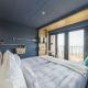 Doppelzimmer mit Meerblick und den coolen recycelten Paddeln als Garderobe